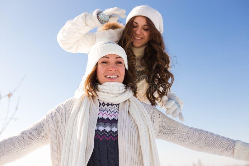 Dwa młodej szczęśliwej kobiety, dwa przyjaciela, mieć zabawę zdjęcia royalty free