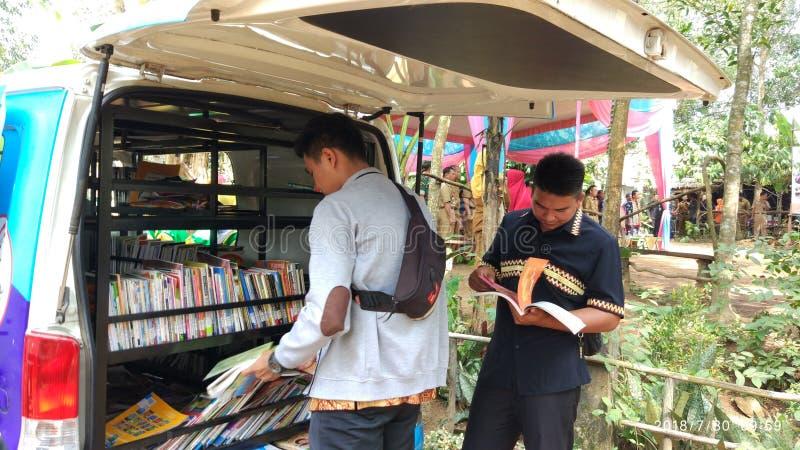 Dwa młody człowiek i książki zdjęcie royalty free