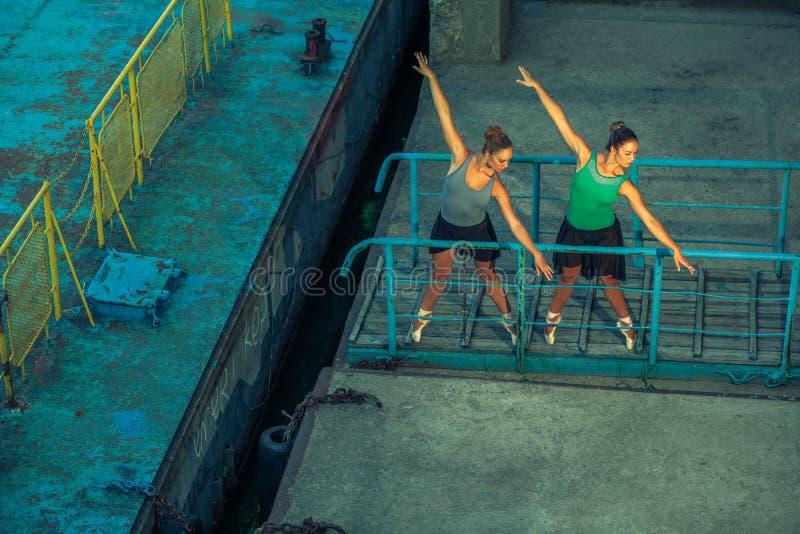 Dwa młody piękny bliźniaczy siostrzany dancingowy balet w mieście z baletniczym kostiumem miastowy synchronizacja taniec przemysł obraz royalty free