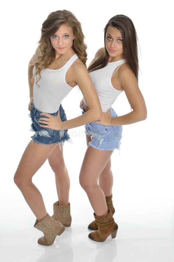 Dwa młodych kobiet ładna poza w kraju westernu strojach obrazy royalty free