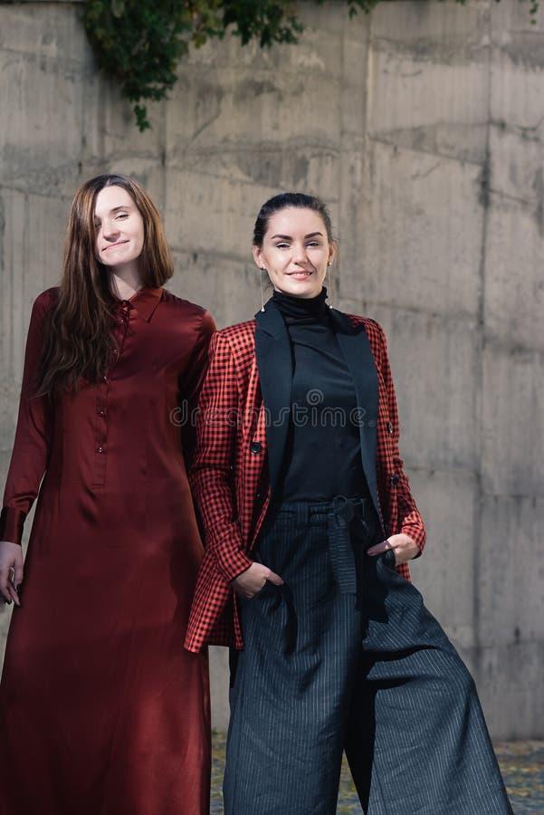 Dwa młodych kobiet mody ulicy ładny styl fotografia stock