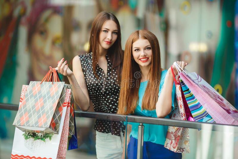 Dwa młodych kobiet sklep w dużym supermarkecie zdjęcia royalty free