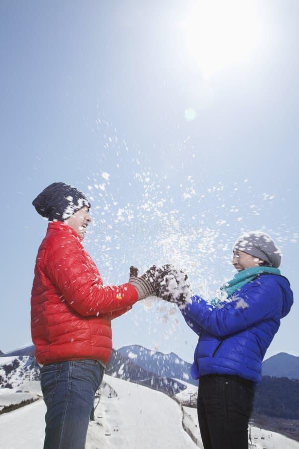 Dwa młodzi ludzie Bawić się Z śniegiem fotografia stock