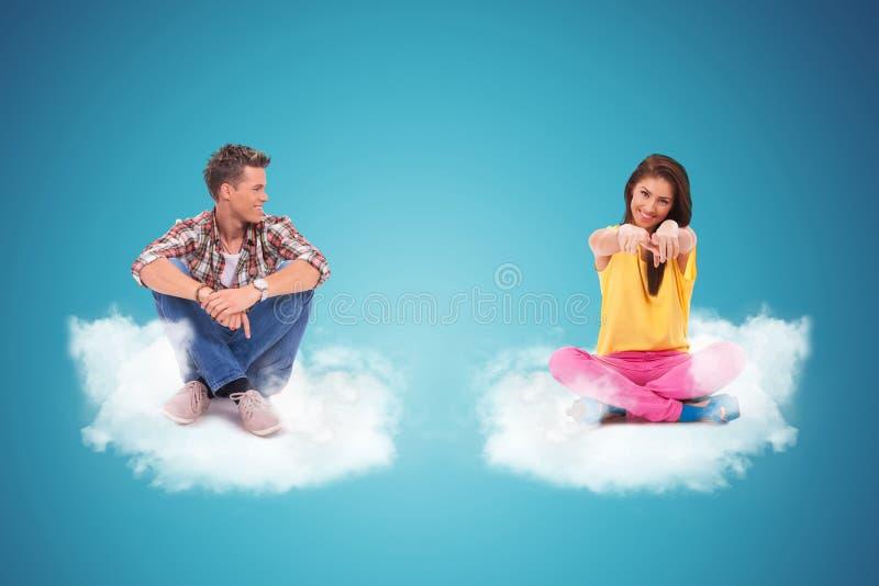 Dwa młodzi ludzie siedzi na chmurach zdjęcie royalty free