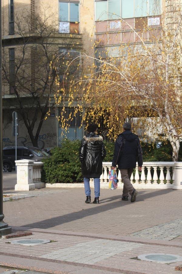 Dwa młodzi ludzie spaceru w kwadracie obraz stock
