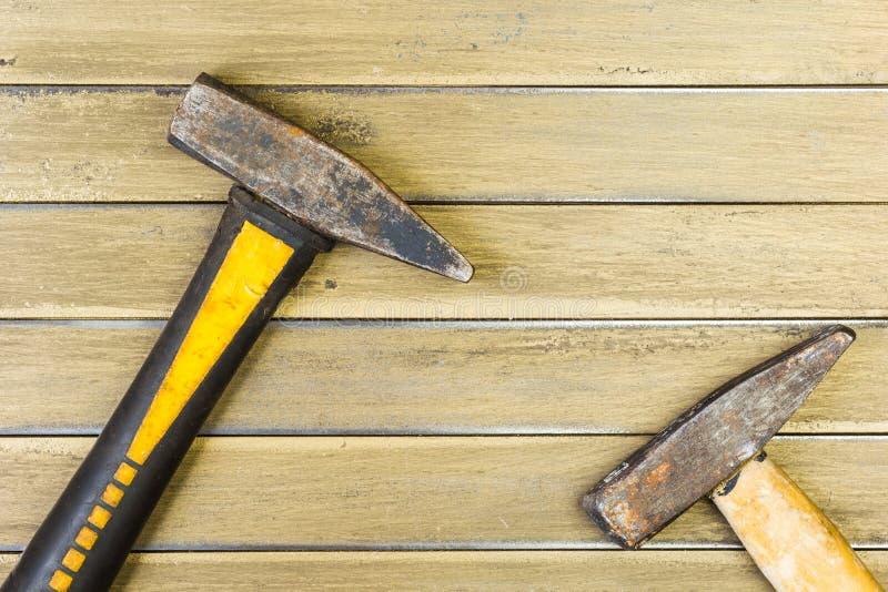 Dwa młota na koloru żółtego żelaza tle Tło zdjęcie royalty free