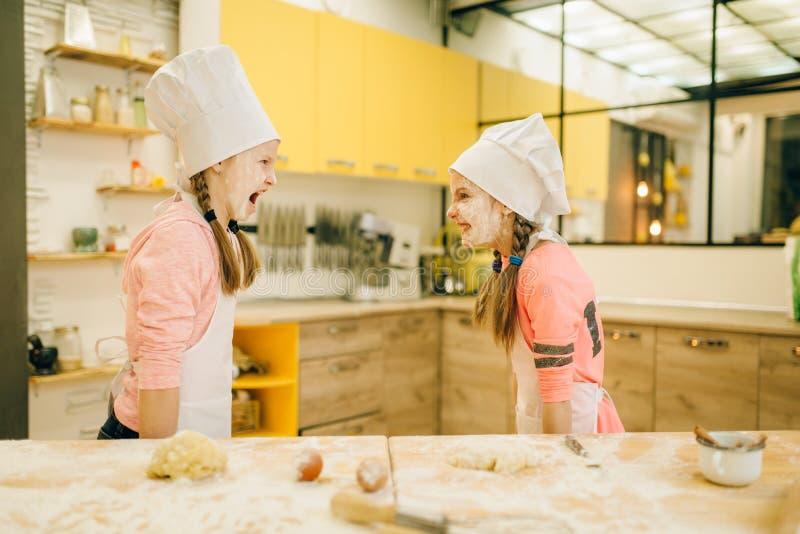 Dwa mała dziewczynka szefa kuchni są sztukami i mieć zabawą zdjęcia royalty free
