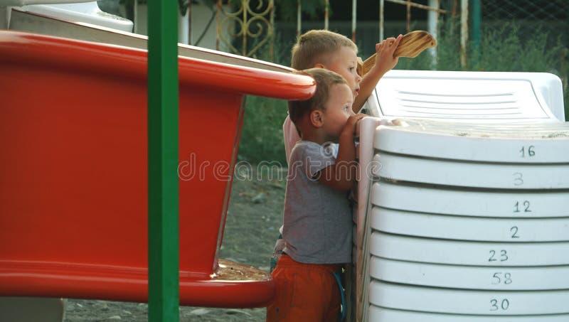Dwa małego dzieciaka bawić się wpólnie outdoors stać na plaży fotografia royalty free