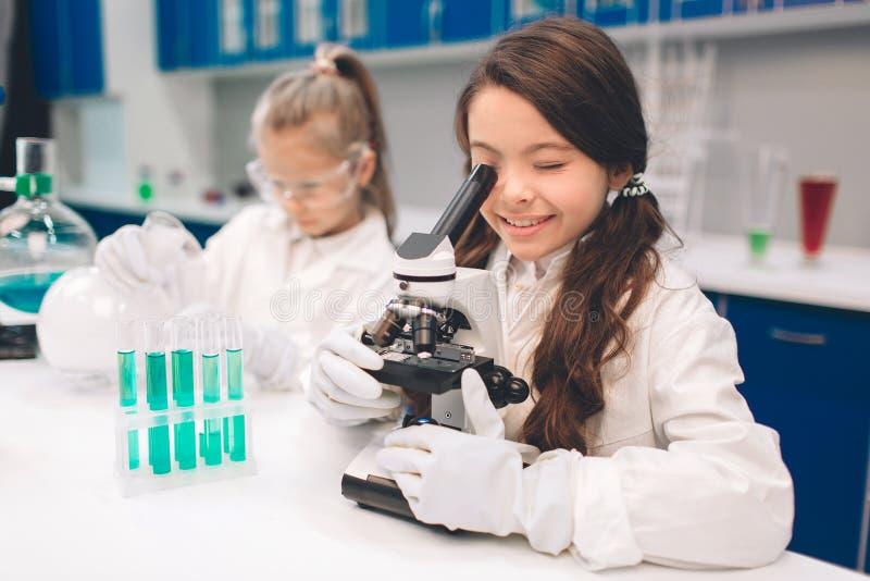 Dwa małego dziecka w lab pokrywają uczenie chemię w szkolnym laboratorium Młodzi naukowowie w ochronnym szkła robić zdjęcie royalty free