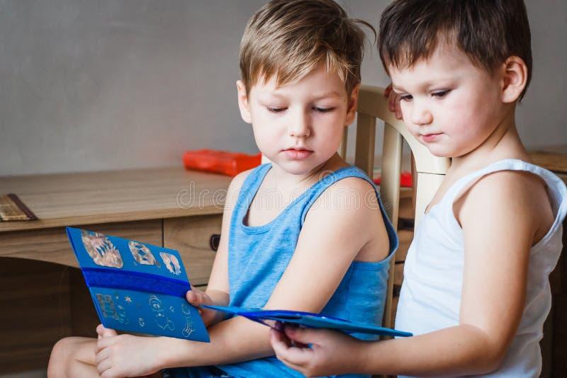 Dwa małego dziecka z listami Święty Mikołaj zdjęcie royalty free