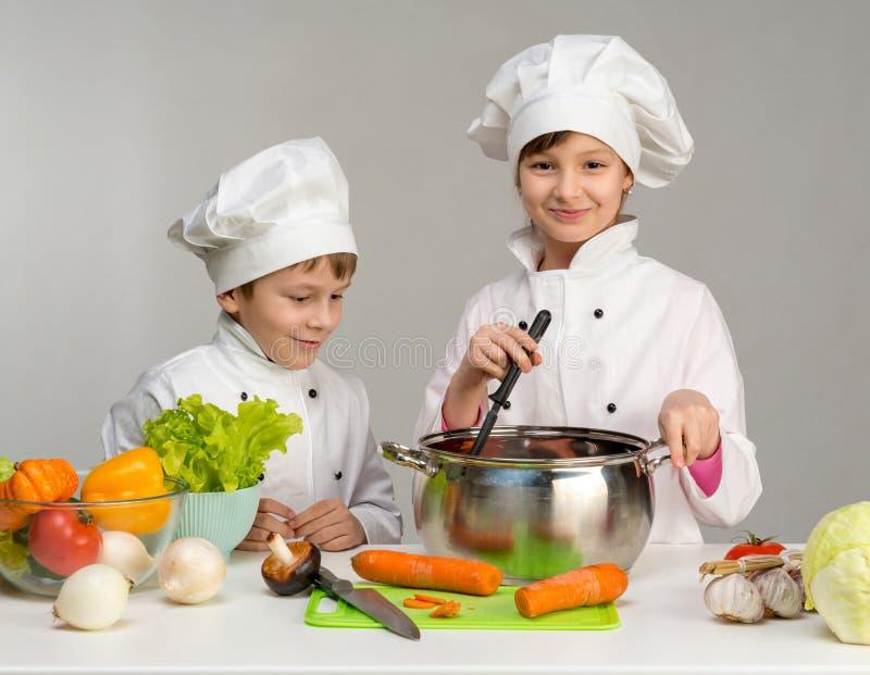 Dwa małego szefa kuchni kucharz i uśmiech zdjęcia stock