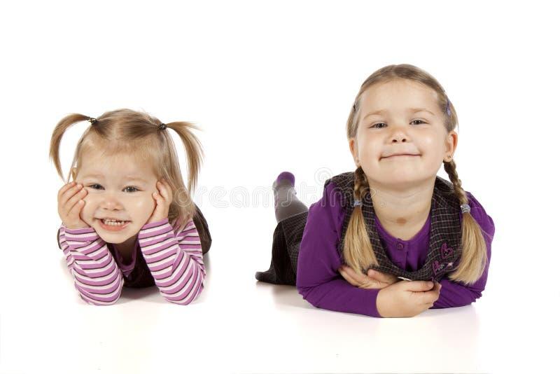 Dwa małej dziewczynki w Czarnym tle obraz stock