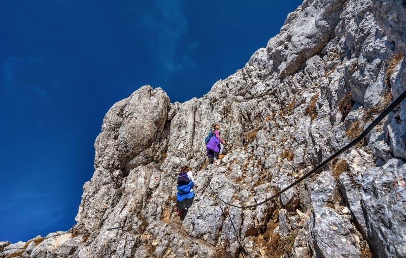 Dwa małej dziewczynki wycieczkuje na górach w parku narodowym Durmit zdjęcia stock
