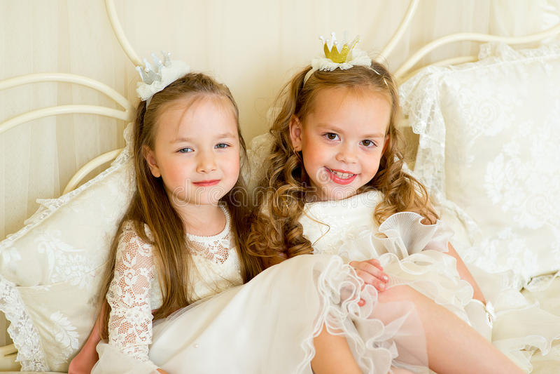Dwa mały princess na łóżku fotografia stock