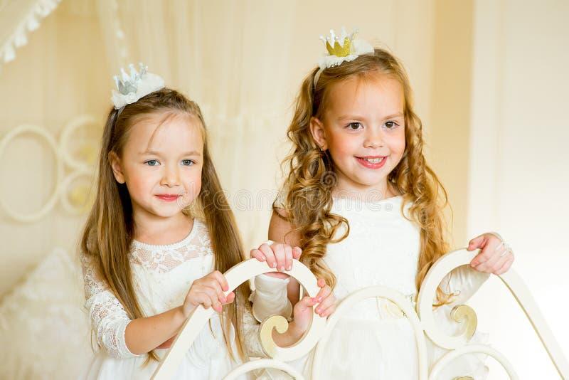 Dwa mały princess na łóżku obrazy royalty free