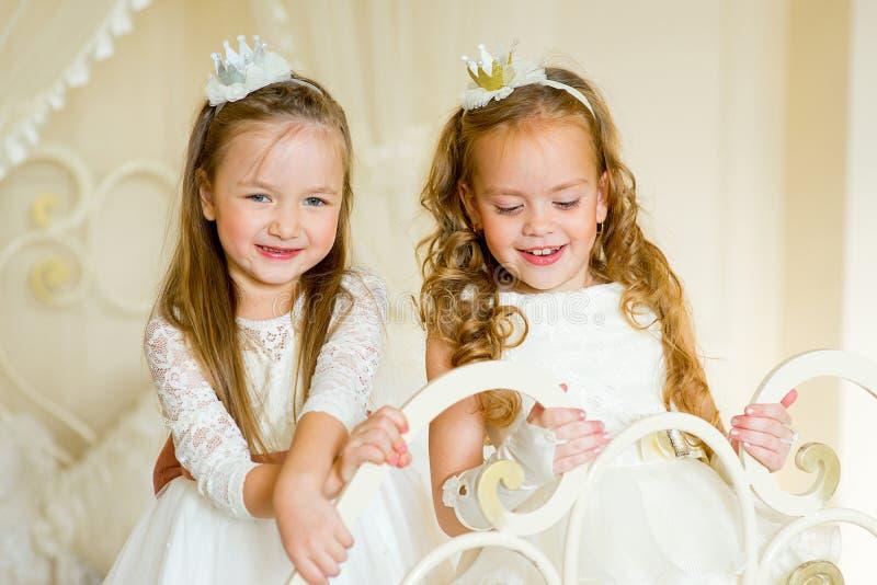 Dwa mały princess na łóżku obraz stock
