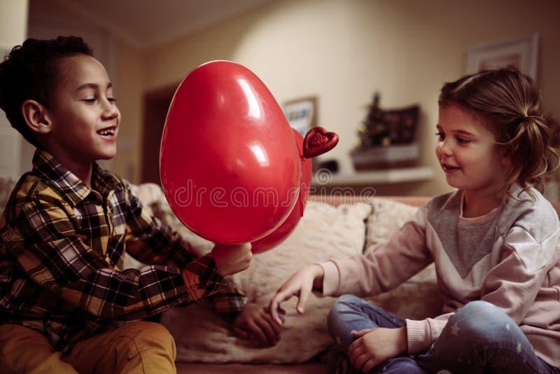 Dwa mały przyjaciel dzieci się uśmiecha zdjęcie stock