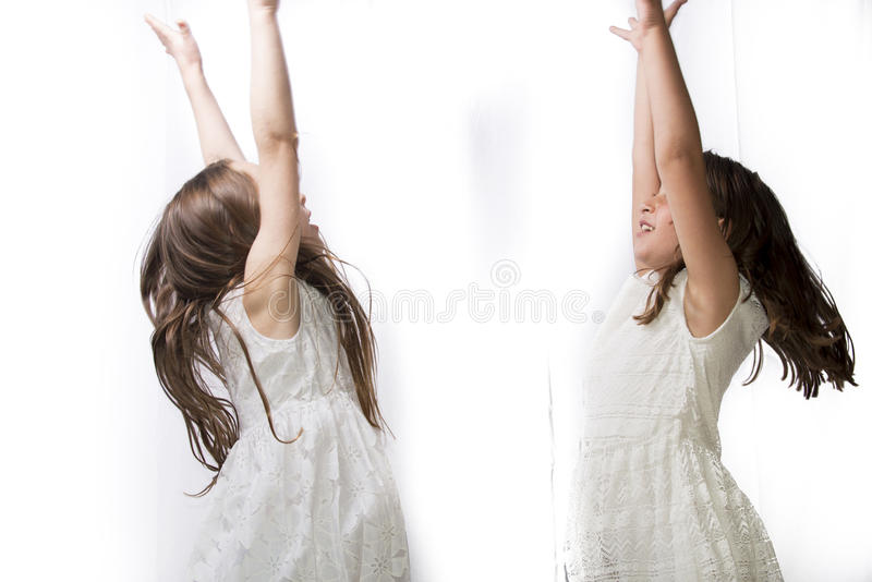 Dwa małych dziewczynek tanczyć zdjęcia royalty free