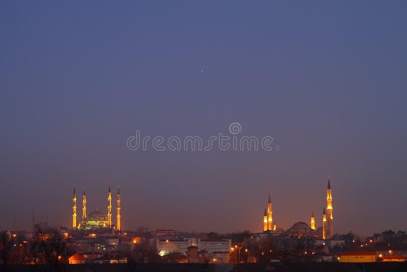 Dwa meczetu W pejzażu miejskim obraz stock