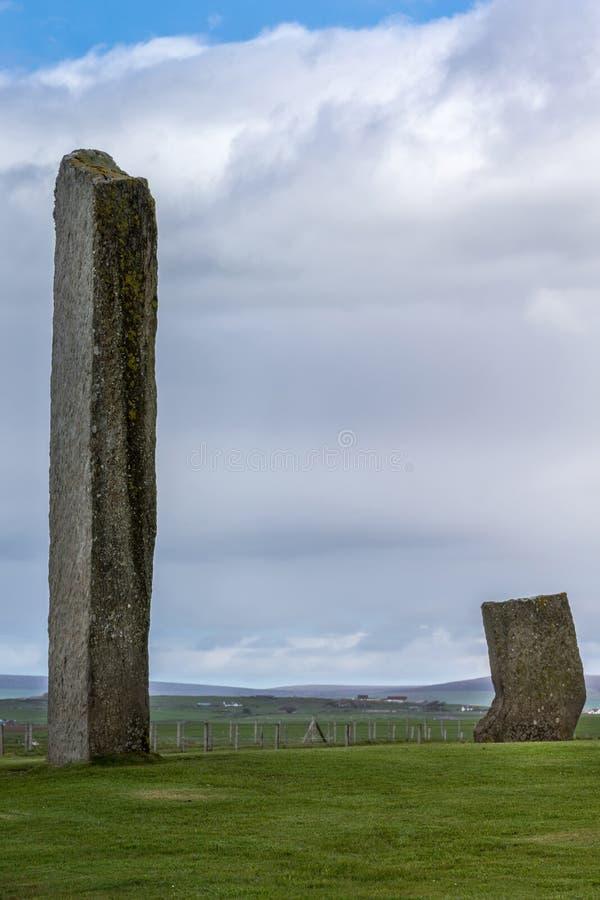 Dwa menhirs przy pierścionkiem Brodgar Neolityczny Kamienny okrąg zdjęcia royalty free