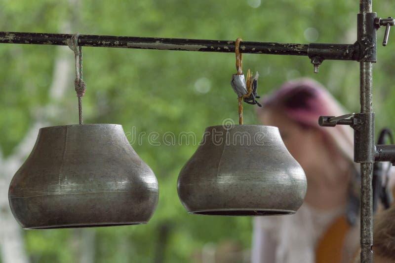 Dwa metali kotłów wieszać do góry nogami jako instrumenty muzyczni zdjęcie royalty free