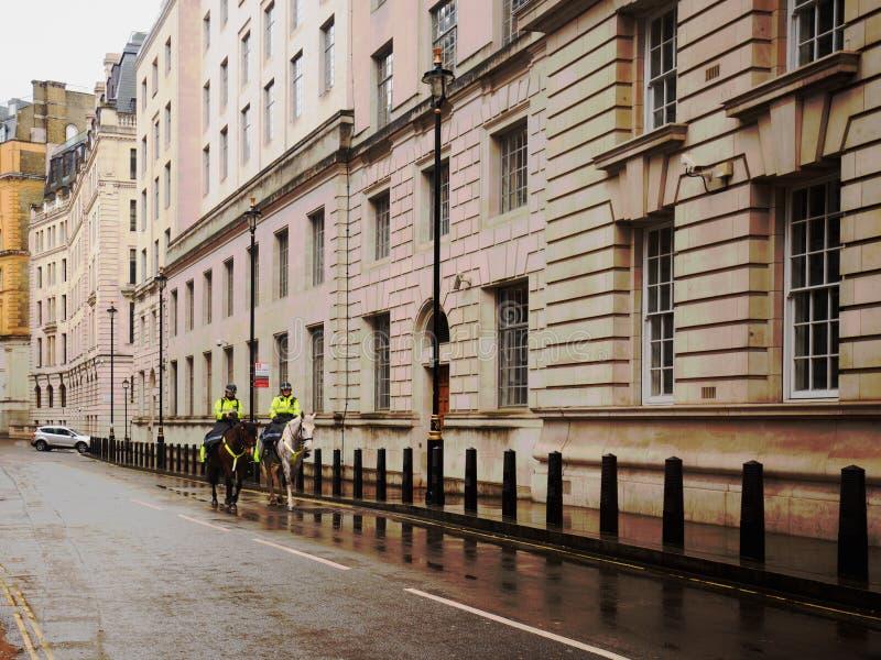 Dwa Milicyjnej kobiety na konia plecy jazdy puszka Scotland Yard Nowej alei w Londyn, Anglia, UK, 2018 zdjęcie stock