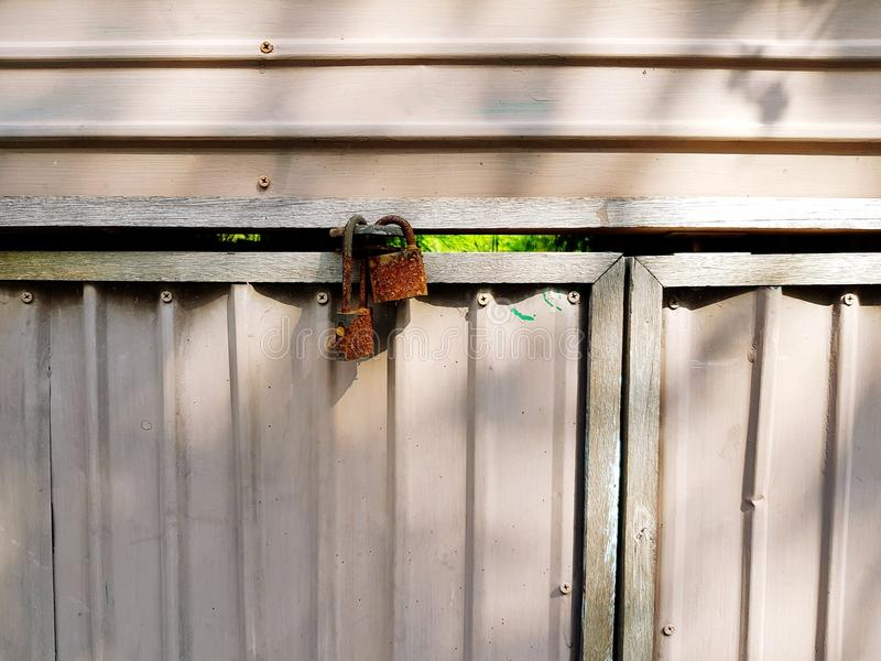 Dwa mistrzowskiego klucza blokowali białego metalu drzwi przed wejście domem zdjęcie royalty free