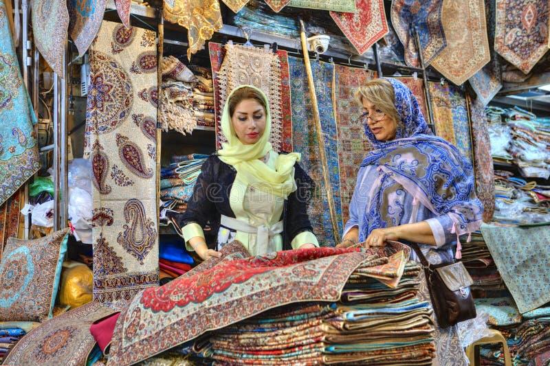 Dwa modnej Irańskiej kobiety odwiedzali dywanowego sklep, Shiraz, Ir fotografia royalty free