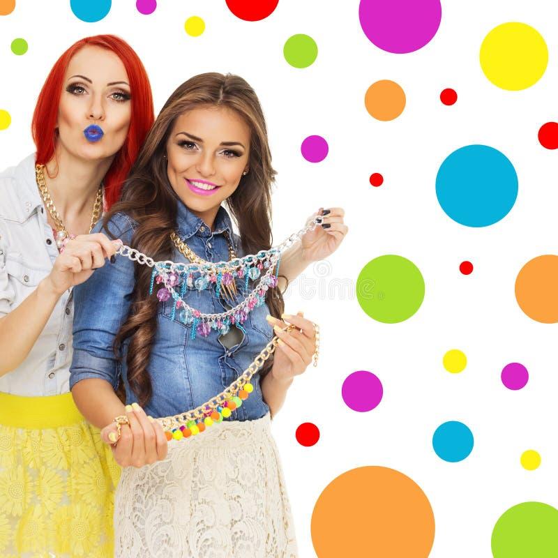 Dwa modnej młodej kobiety z kolorowymi koliami obrazy royalty free