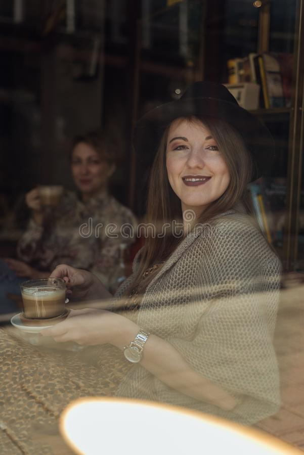 dwa modniś dziewczyny pije kawę obrazy royalty free