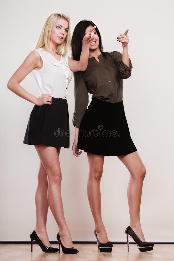 Dwa mody kobiety wskazuje dowcipu palec obrazy royalty free
