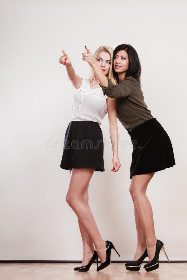 Dwa mody kobiety wskazuje dowcipu palec obraz stock