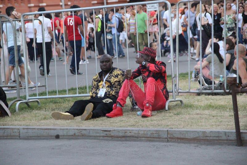 dwa murzyna fan piłki nożnej odpoczywa na gazonie centrum miasta podczas puchar świata obrazy royalty free