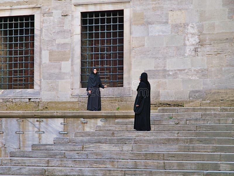 Dwa muzułmańskiej kobiety jeden bierze obrazek, jeden pozuje zdjęcia royalty free