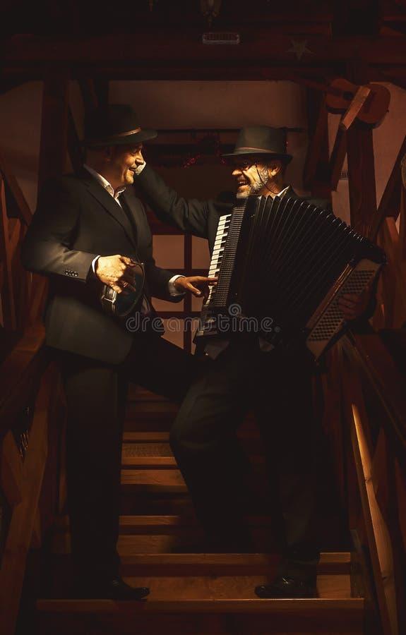Dwa muzyka na schody obraz royalty free