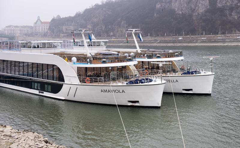 Dwa naczynie przechwałki na Danube rzece Budapest, Węgry obrazy stock