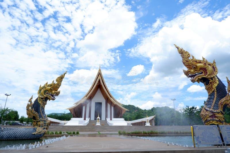Dwa Naga statua, królewiątko nagas węża zwierzę w Buddyjskiej legendzie i niebieskie niebo, chmurniejemy w tle przy watem dhammay obraz royalty free