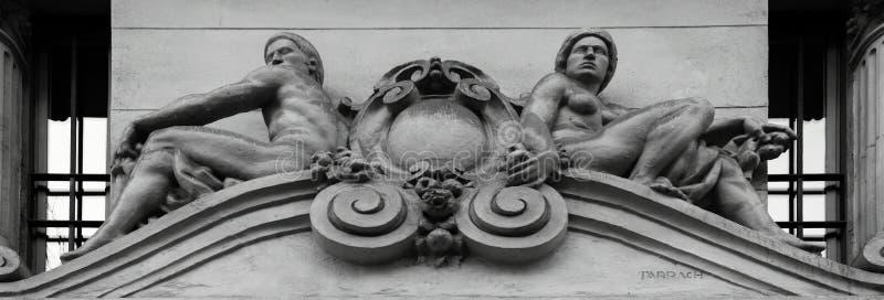 Dwa nagiego męskiego charakteru na głównej fasadzie zdjęcia royalty free