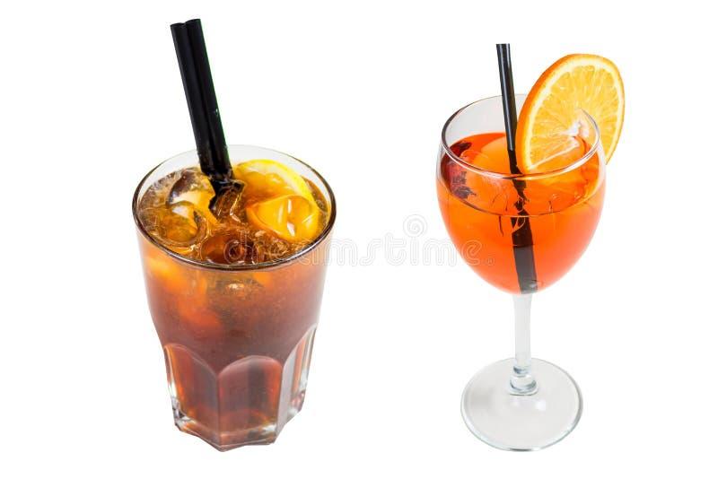 Dwa napoju, ciemnego koktajl z lodem w szkle i pomarańcze w szkle z plasterkiem pomarańcze, odizolowywającym na białym tle fotografia stock