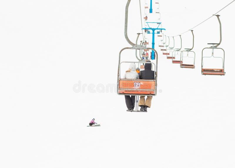 Dwa narciarki na platformie na tle wysokie śnieżne góry obrazy royalty free