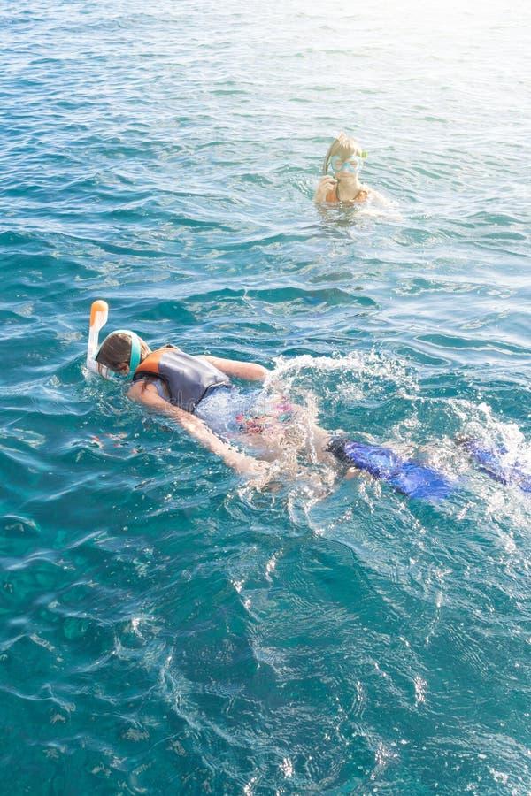 Dwa nastolatka cieszy się snorkeling w turkusowym tropikalnym morzu zdjęcie stock