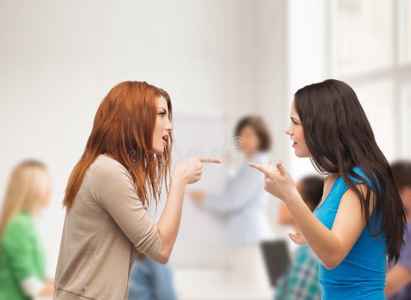 Dwa nastolatka ma walkę przy szkołą zdjęcia royalty free