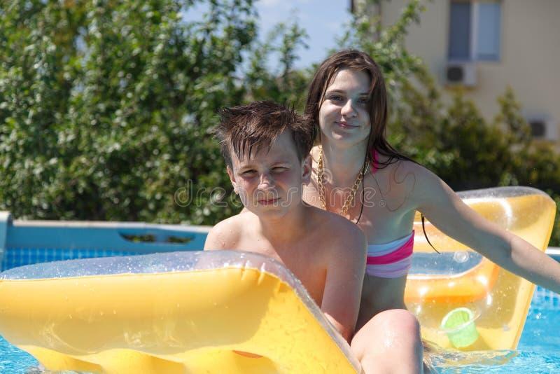 Dwa nastolatka pływa w basenie fotografia royalty free