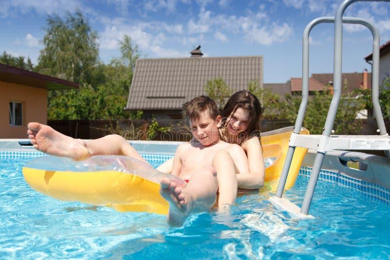 Dwa nastolatka pływa w basenie zdjęcia stock