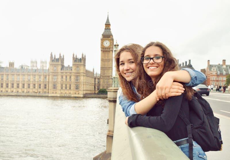 Dwa nastoletniej dziewczyny na Big Ben tle fotografia royalty free
