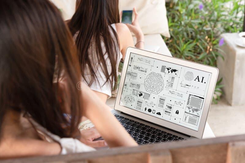 Dwa nastoletniej kobiety siedzą na dużym hamaku używają sztuczną inteligencję zdjęcia royalty free