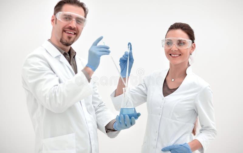 Dwa naukow?w rozochocona biolo?ka na lekkim tle obrazy royalty free