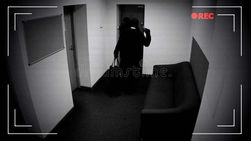 Dwa niebezpiecznego zamaskowanego mężczyzny rozbraja włamywacza alarmowego system, hamuje w bank kryptę obraz royalty free
