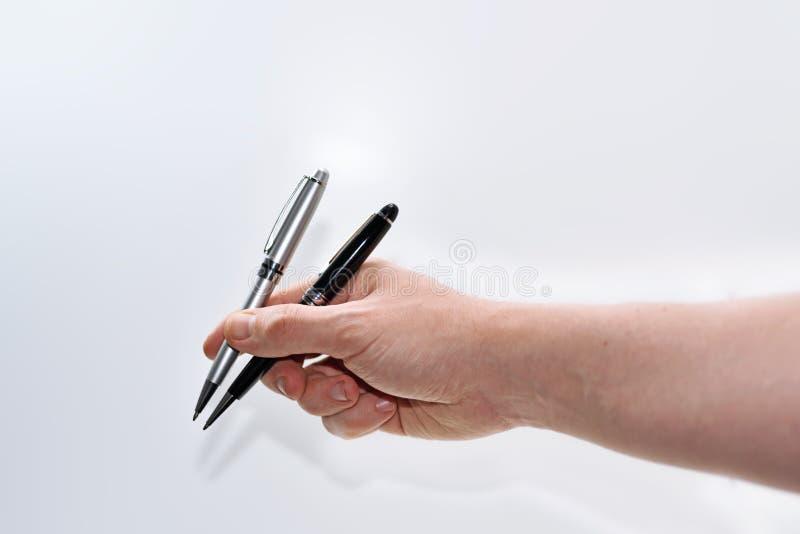 Dwa niecki wewnątrz obsługują rękę zdjęcie stock