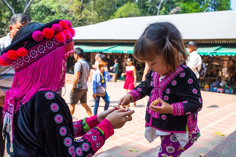 Dwa niezidentyfikowany Akha przy Watem Phratat Doi Suthep na Luty 18, 2017 w Chiang Mai, Tajlandia obrazy royalty free